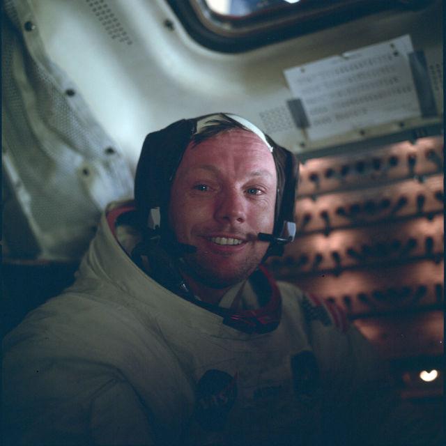"""Нил Армстронг внутри космического корабля, миссия """"Аполлон-11"""", 1969 год"""