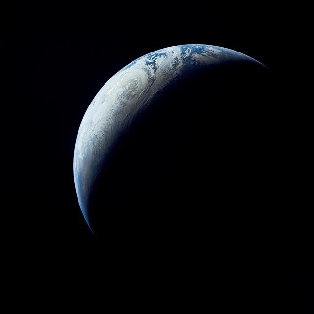 Пояс тёмной материи вокруг Земли, действуя на навигационные спутники, мог стать причиной расхождения в расчётах массы планеты