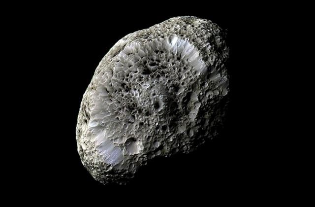 Спутник Сатурна Гиперион. Снимок сделан аппаратом Cassini во время сближения в сентябре 2005 года