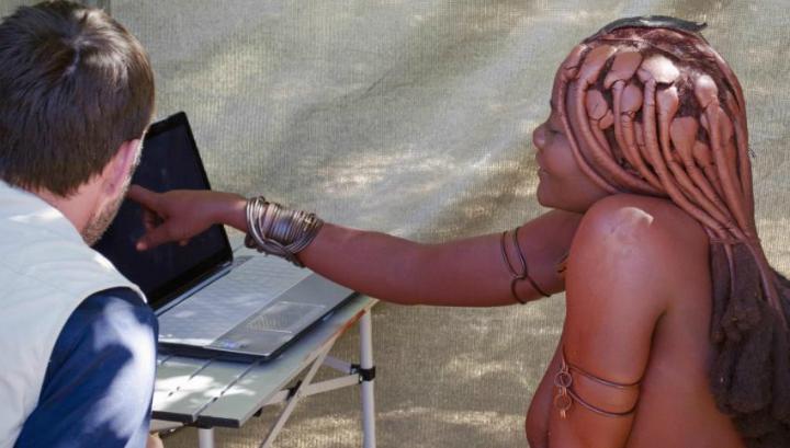 Антрополог Лейн Вашро с женщиной из намибийского племени во время проведения нового исследования