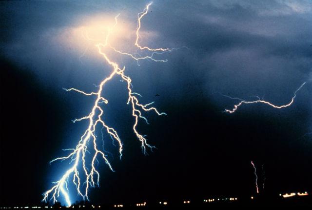 Молния может повредить лопасть турбины или вовсе вывести её из строя