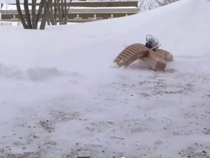 Робот штурмует сугроб снега при температуре -9 градусов по Цельсию