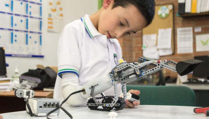 Экскаватор LEGO, совместимый с протезом