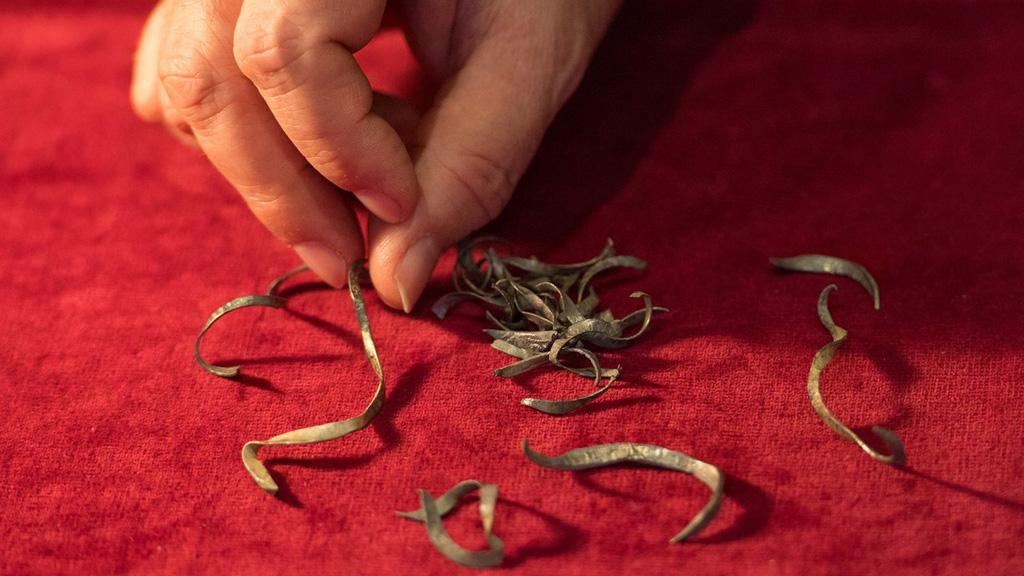Сотни серебряных обрезков монет, найденные в Глостершире. Фото: Dominic Lipinski/PA