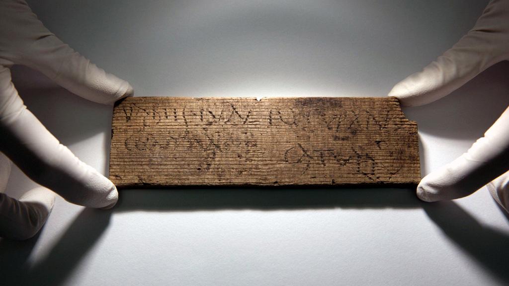 Лондон. Деревянная табличка 80-90 года н.э., с надписью ╚Передай это Юнию, бондарю, что напротив дома Катулла╩. Фото: Daniel Leal-Olivas
