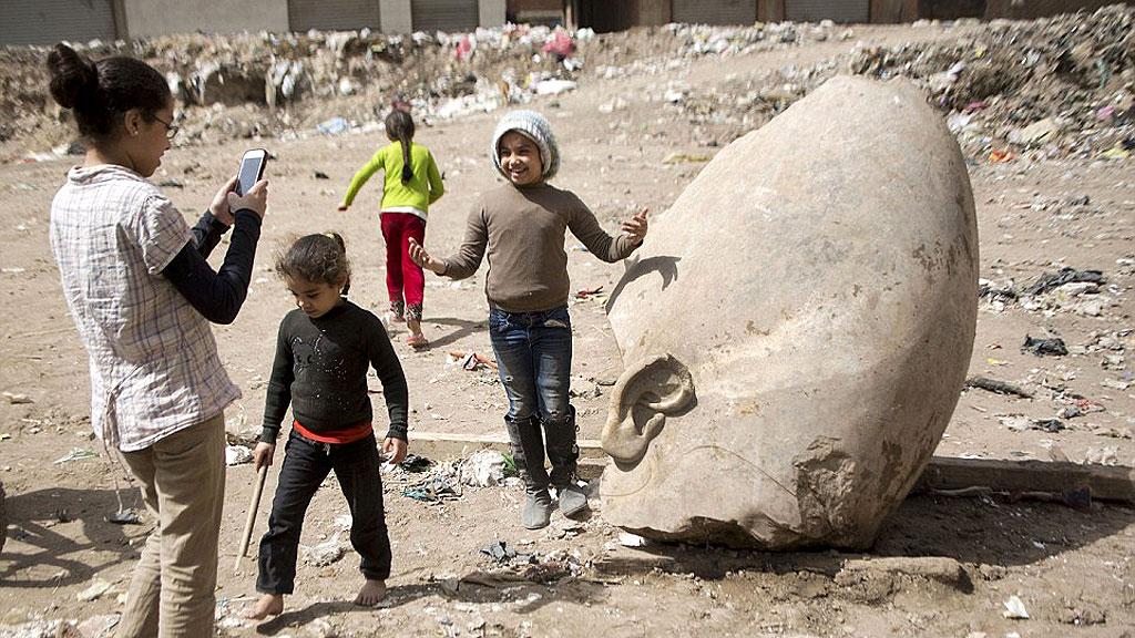 Обломок головы гигантской царской статуи, найденной на окраине Каира. Фото: Anadolu Agency