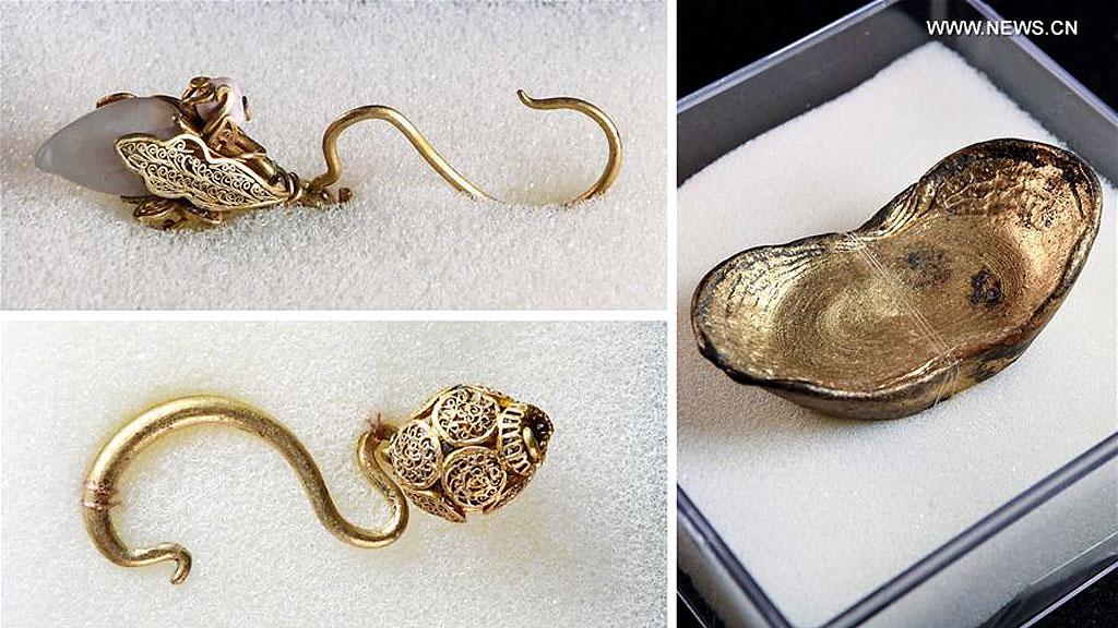 Золотые серьги и золотой слиток из сокровищ Чжан Сяньчжуна, затонувших в реке Миньцзян. Фото: Xinhua / Li He