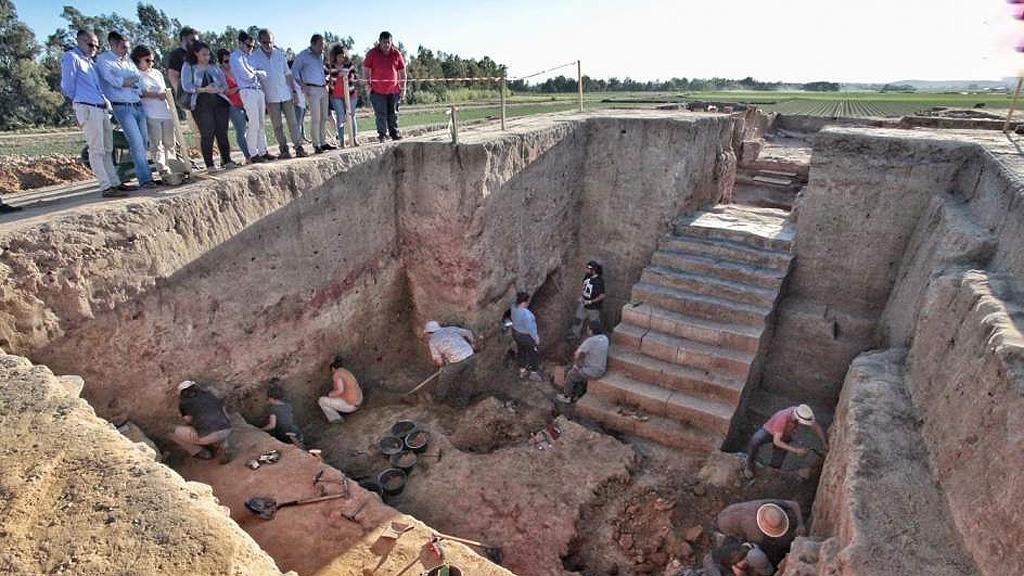 Общий вид лестницы, обнаруженной при раскопках здания в местечке Турунуэло. Фото с сайта lacronicabadajoz.com