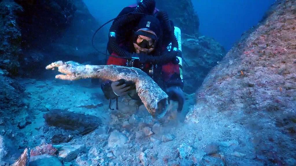 Момент обнаружения бронзовой руки. Кадр из видео 2017 Return to Antikythera Expedition