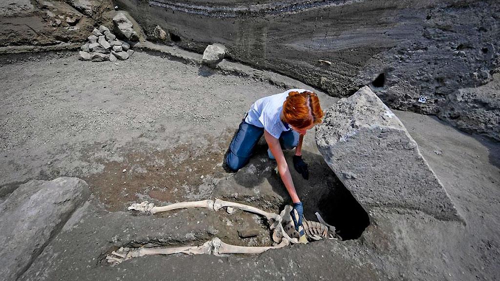Антрополог Валерия Аморетто очищает скелет раздавленного мужчины. Фото: Archaeological site of Pompeii