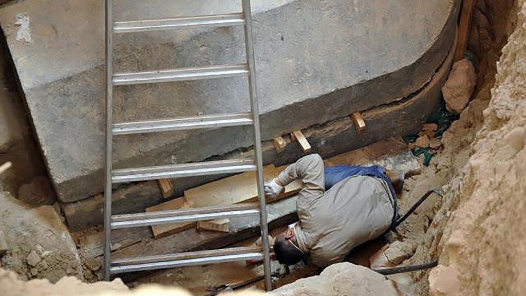 Рабочие вскрывают саркофаг. Фото: Egyptian Ministry of Antiquities