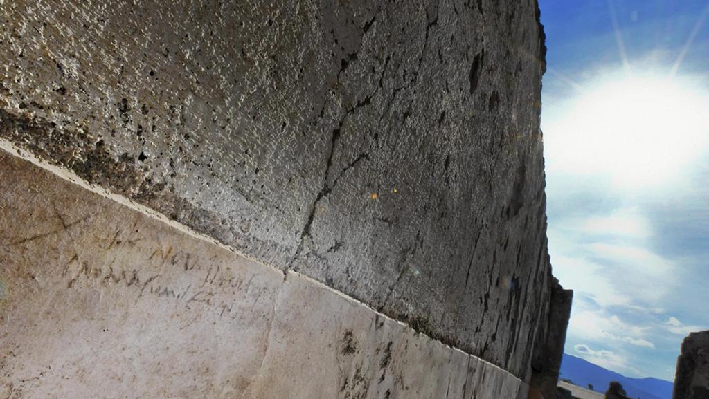 Надпись углем на стене жилого помещения в Доме с садом. Фото: Ciro Fusco/ANSA