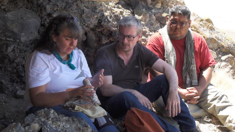 Археолог Эске Виллерслев (в середине) с двумя членами племени Fallon Paiute-Shoshone.