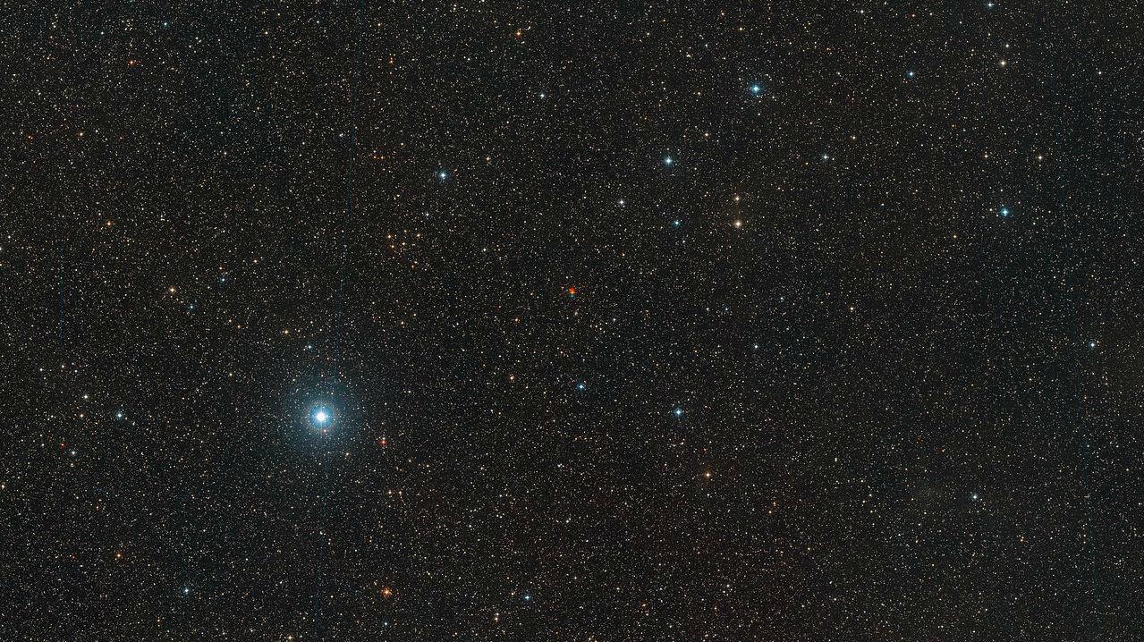 Широкоугольное изображение окрестностей красного карлика (звезды Барнарда), расположенного в созвездии Змееносца.