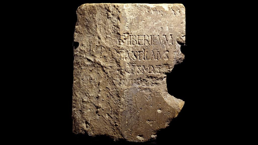"""""""Камень Понтия Пилата"""", найденный в Кесарии. Фото: Hebrew University"""