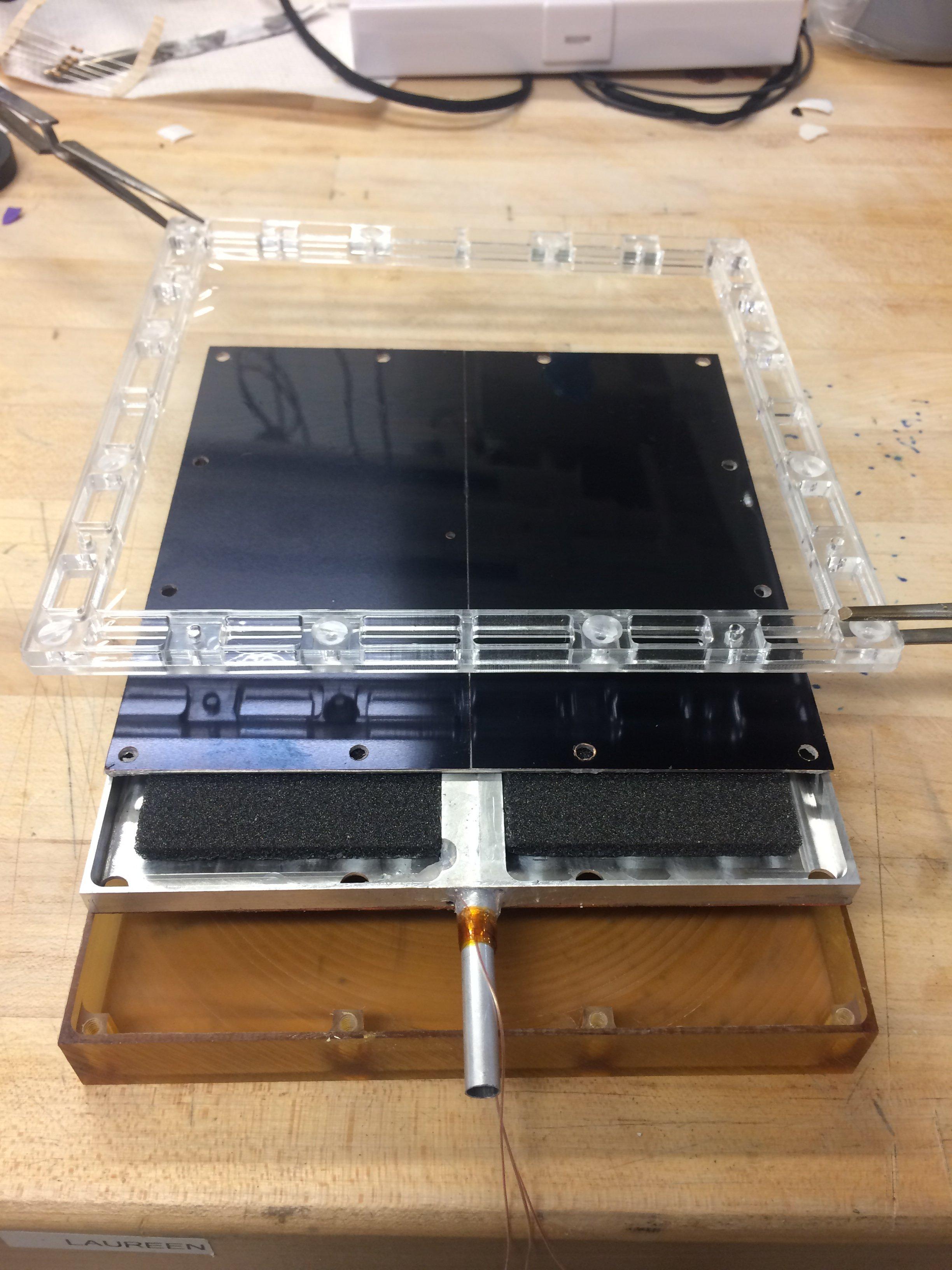 Конструкция состоит из трёх слоёв, причём материал каждого выполняет отдельную функцию.