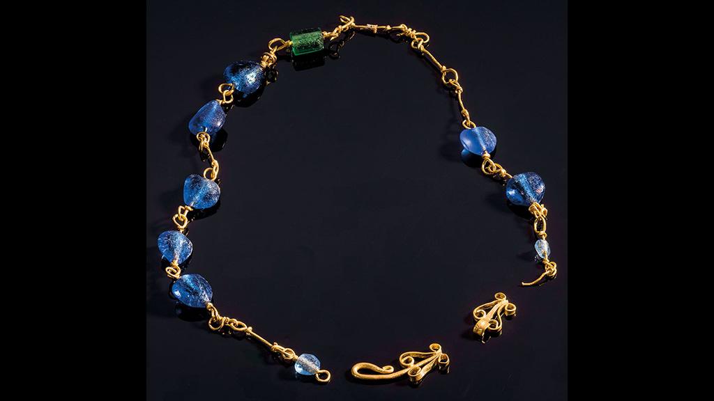Ожерелье из женского захоронения в Эмоне. Фото: Arne Hodalič / Katja Bidovec