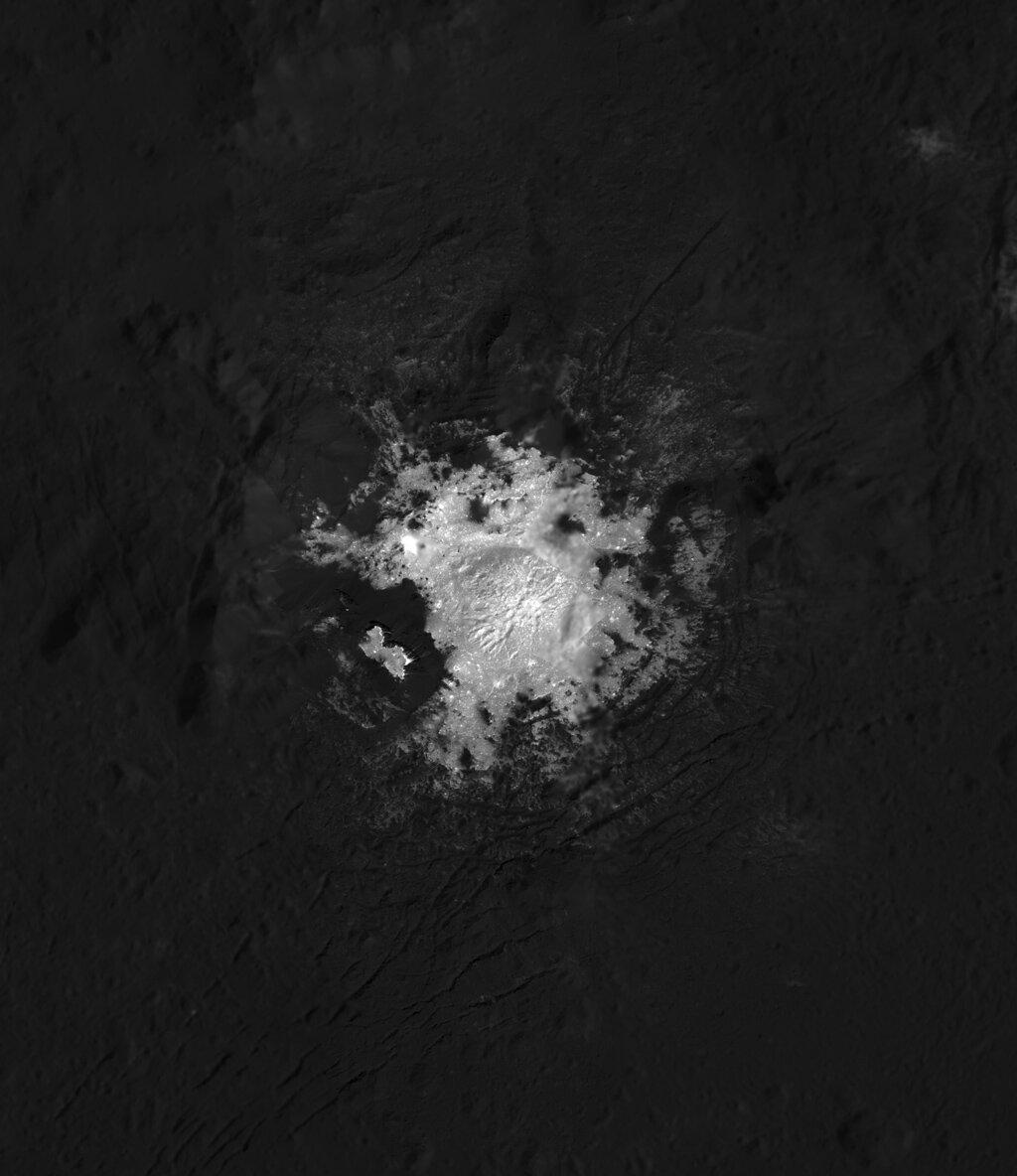 Светлые пятна на Церере, скорее всего, являются отложениями солей.