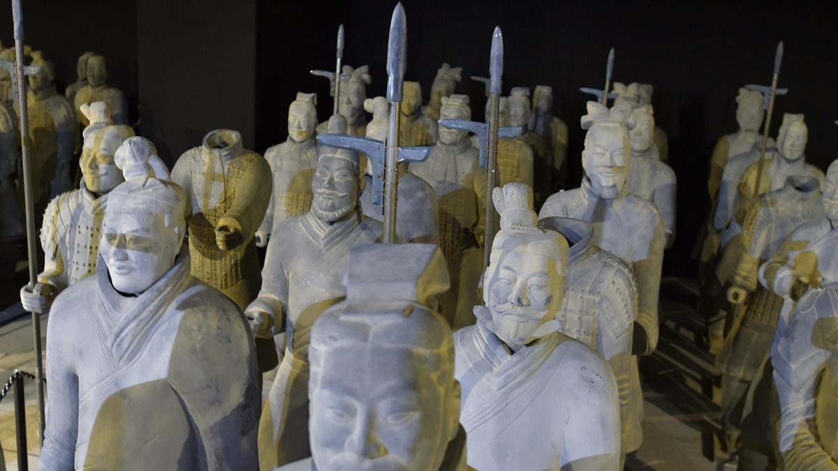 Воины Терракотовой армии отличаются по рангу (офицеры, рядовые солдаты), а также по виду оружия (копьё, арбалет или меч).