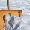 Житель Екатеринбурга удивляет соседей картинами на снегу