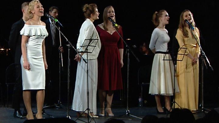 На сцене МХТ состоялся концерт ко Дню всех влюбленных