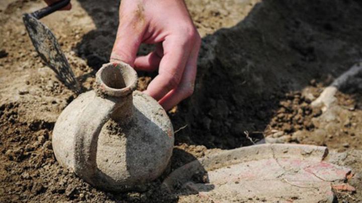 """Археологи в рамках работ по программе """"Моя улица"""" на Биржевой площади в Москве вновь обнаружили ряд исторических находок."""