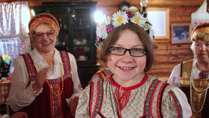 Таня Барашкова запевает «Вареньку»…В интерьере старинного буфета от столярного мастера Ивана Мусатова