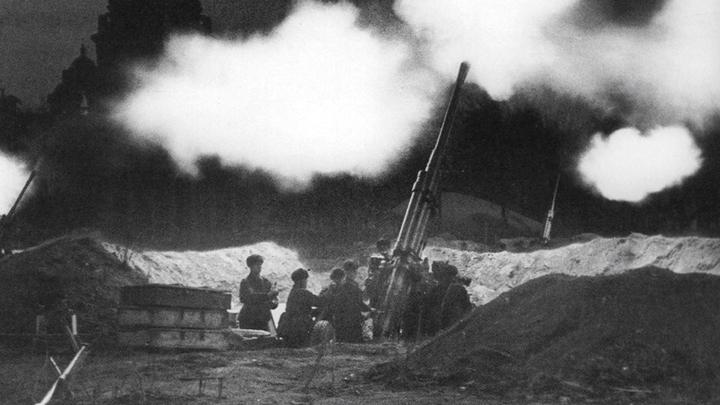 Блокада. Зенитчики на Сенатской площади около Исаакия отражают налет немецкой авиации, 1941 год.
