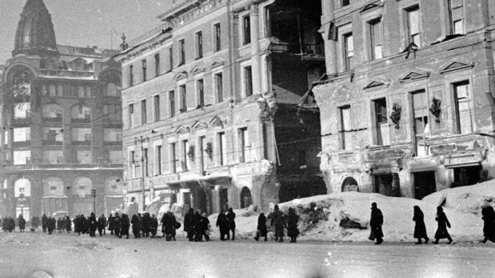 Блокада. Дом Энгельгарда на Невском, 30 с проломом после артобстрела. Фото Н. Халдонина.