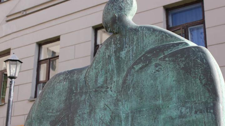 Москва. Памятник Ахматовой на Большой Ордынке, у дома Ардовых, где в их квартире поэтесса подолгу жила с 1938 по 1966-й…