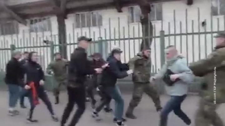 Футбол в Мариуполе: Порошенко смотрит, фанаты дерутся