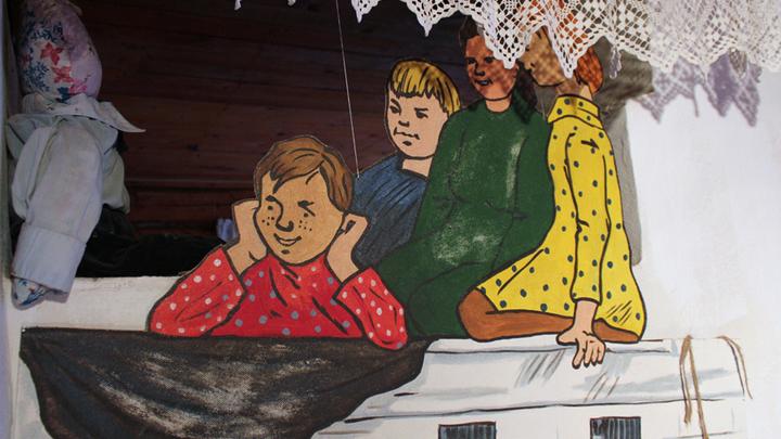 А на деревенской печи – персонажи А.Мусатова, «увиденные» писателем в Лизуново.