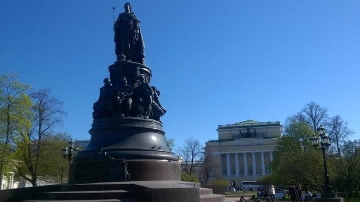 Санкт-Петербург, сад перед Александринским театром и Академией балета с памятником императрице Екатерине II.Фото Л.Варебруса