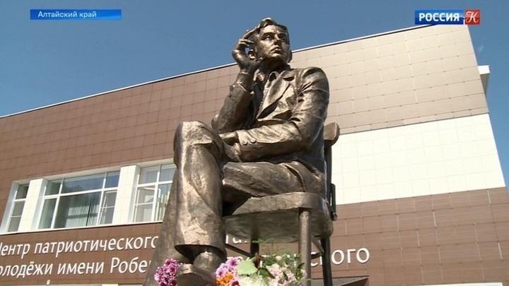На Алтае установили памятник Роберту Рождественскому