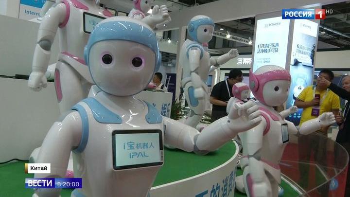 """Корреспондент """"Вестей"""" сыграла в бадминтон с роботом"""