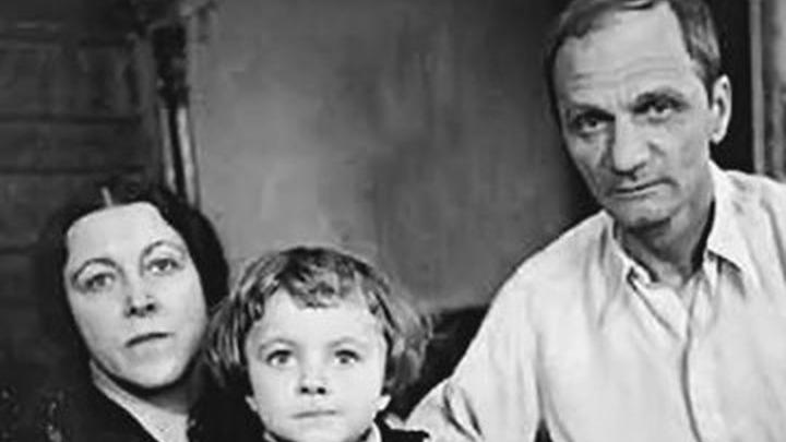 Последнее фото Андрея Платонова (на снимке Мария Александровна, Маша и Андрей Платонов. Архив РГАЛИ, Москва