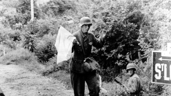 1944 год. Немецкий солдат в Нормандии сдается американцам
