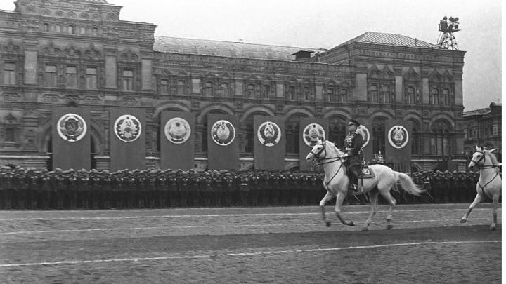 1945 Маршал Г.Жуков принимает на Красной площади парад войск. . Автор Евгений Халдей.