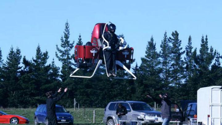 Реактивный ранец модели Р12 может набрать и большую высоту, но разрешено подниматься не выше шести метров