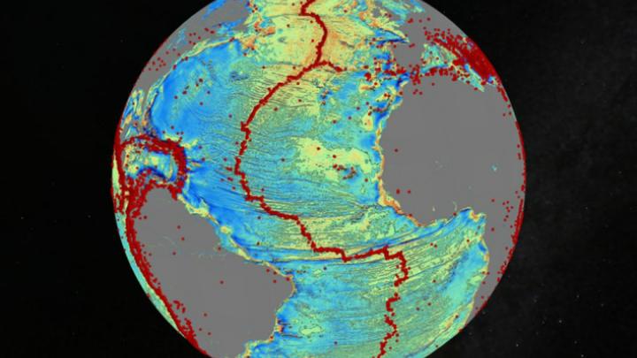 Гравитационная модель бассейна северной части Атлантического океана показывает подробную тектоническую историю. Красными точками обозначены регионы последних землетрясений амплитудой в 5,5 и выше