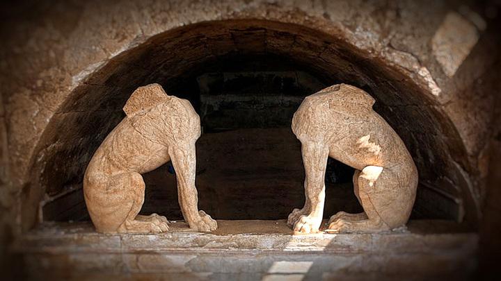 Вход в погребальный комплекс Амфиполиса охраняют почти двухметровые химеры (сфинксы). Фото с сайта roomsunsea.com