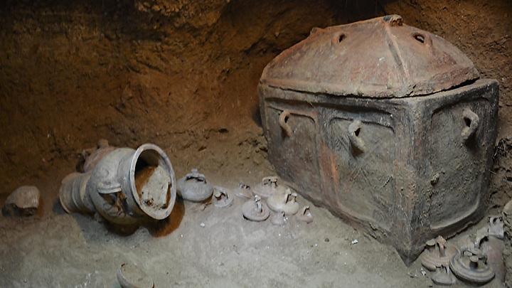 Минойский ларнакс, найденный в гробнице на юге Крита. Фото: ЕРА