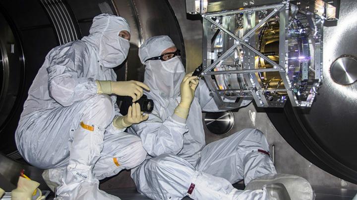 Исследователи работают на детекторе Ливингстон