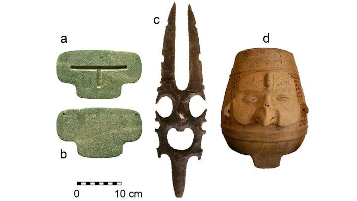 В гробнице археологи обнаружили 25 гончарных сосудов и несколько человеческих зубов, а в непосредственной близости к амулету располагался горшок в виде чешуйчатого лица с большим клювом (предположительно, это и есть бог ветра майя).