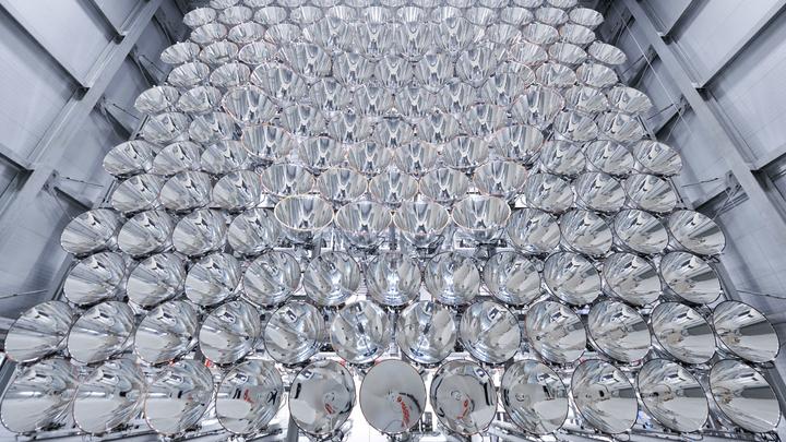 Впервые специалисты собрали единый массив из множества ксеноновых дуговых ламп – они расположены по принципу сот в пчелином улье.