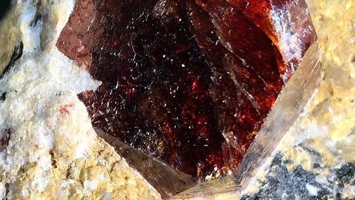 Так выглядит крупный кристалл циркона. В нынешнем исследовании, правда, использовались куда более мелкие.