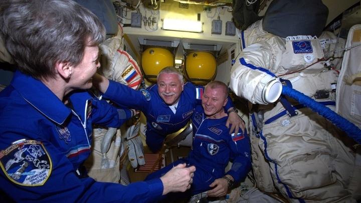 Экипаж МКС встречает коллег.