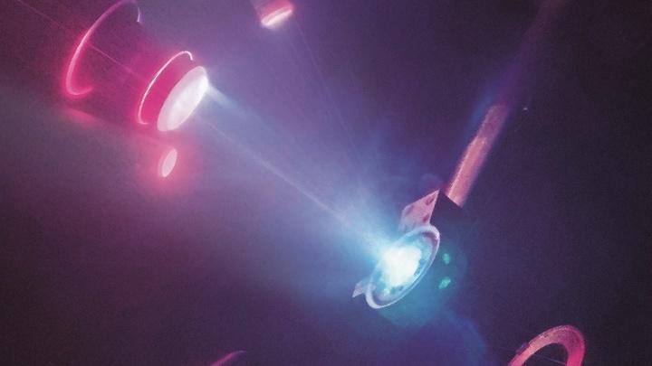 В ходе эксперимента лазерный импульс привёл к образованию мощных ударных волн, которые породили условия, похожие на те, что имеют место в недрах планет-гигантов.