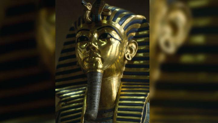 Тутанхамон скончался в возрасте 19 лет. Некоторые необычные черты в его гробнице археологи объясняют тем, что её не успели достроить.