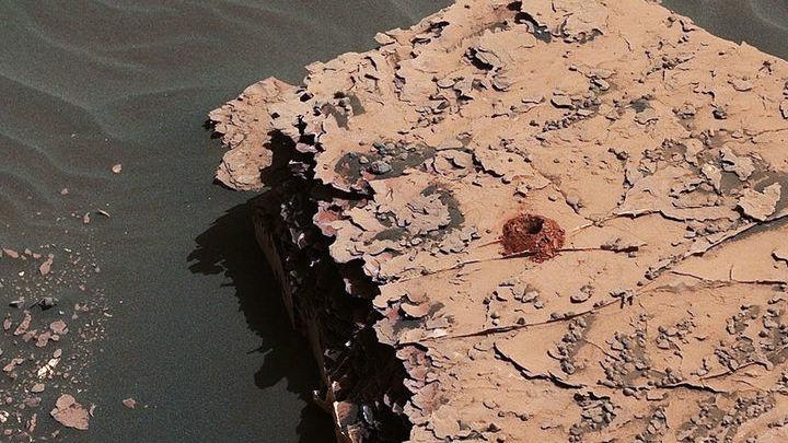 """Это первое отверстие, пробуренное """"Кьюриосити"""" в марсианском грунте с 2016 года."""